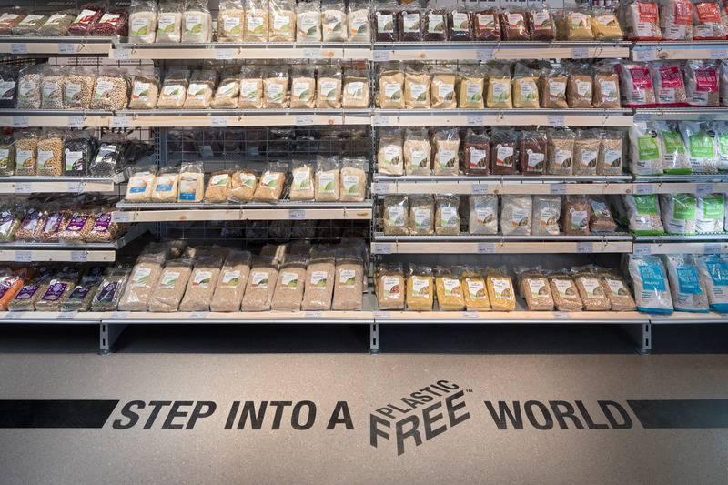 3f7dbc54f545b0 Все упаковки для продуктов в магазине сделаны из биоразлагаемых материалов.  Стикеры изготовлены из картона, а полки прилавков – из дерева и металла.