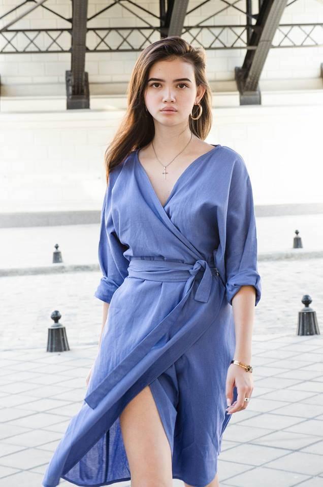 a3a6c515b6d У бренда есть платье oversize в стиле кимоно на запах черного цвета и  похожий вариант небесно-голубого цвета.