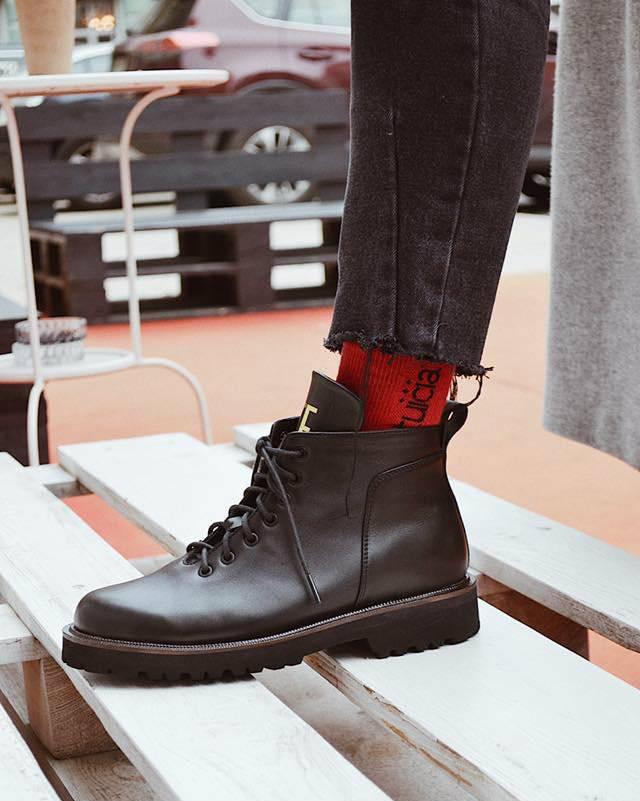 f7717c0de33aa5 На зиму бренд пропонує високі броги, черевики та хайкери на шнурівці,  утеплені дубльованою шерстю, – виглядають грубо, але підходять під  будь-який образ.