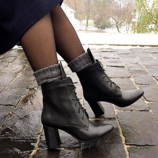 e1f31422841c8a У бренду можна знайти шкіряні високі черевики на підборах і шнурівці, які  утеплені флісом, і чоботи з натуральної шкіри на низькому ходу.